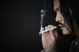 煙草を吸う男性の写真素材 [FYI04481055]