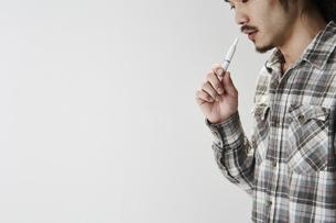 電子タバコを吸う男性の写真素材 [FYI04481056]