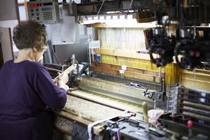 西陣織の機械と職人の写真素材 [FYI04481061]