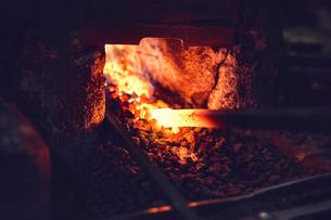 刃物工場で熱され赤くなった鉄の写真素材 [FYI04481063]