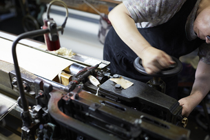 西陣織の機械と職人の写真素材 [FYI04481065]