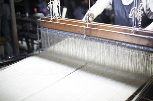 西陣織の機械と職人の写真素材 [FYI04481069]