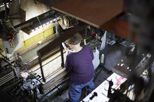 西陣織の機械と職人の写真素材 [FYI04481070]