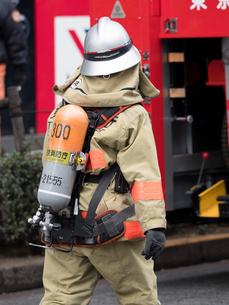 空気呼吸器をつけた消防隊員の写真素材 [FYI04481124]