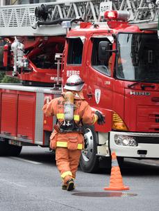 空気呼吸器をつけた消防隊員の写真素材 [FYI04481125]