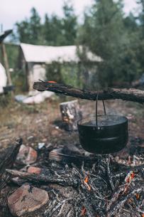 Cauldron over camp fireの写真素材 [FYI04481695]