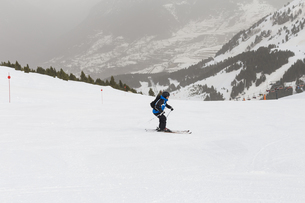 Full Length Of Man Skiing On Snowcapped Mountainの写真素材 [FYI04482051]
