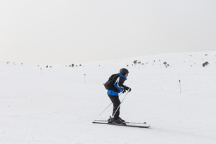 Side View Of Man Skiing On Snowcapped Mountainの写真素材 [FYI04482052]