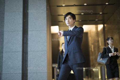 オフィスビルを歩くビジネス男性の写真素材 [FYI04482130]