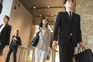 オフィスビルを歩くビジネス男女の写真素材 [FYI04482131]
