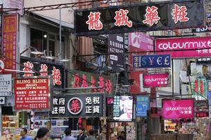 香港名物の道にせり出した看板やネオン。台風で落下するので最近は減った。の写真素材 [FYI04482157]