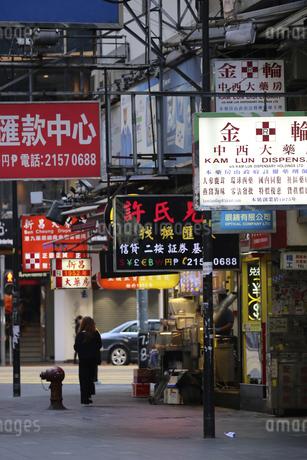 香港名物の道にせり出した看板やネオン。台風で落下するので最近は減った。の写真素材 [FYI04482194]
