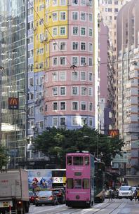 香港・ワンチャイ(湾仔)の街を行く路面電車トラム。トラムは英国植民地時代から走り続ける香港庶民の足の写真素材 [FYI04482195]