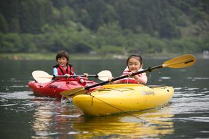 カヌーで遊ぶ男の子と女の子の写真素材 [FYI04482263]