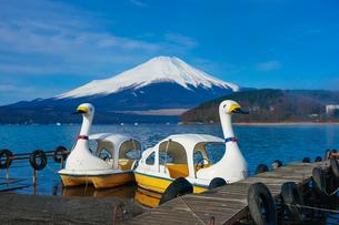 スワンボートの浮かぶ山中湖畔から富士山の写真素材 [FYI04482451]