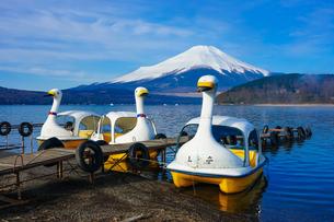 スワンボートの浮かぶ山中湖畔から富士山の写真素材 [FYI04482453]