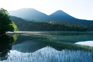 朝日がさすオンネトーの写真素材 [FYI04482491]