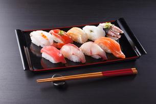 にぎり寿司の盛り合わせの写真素材 [FYI04482659]