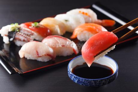 にぎり寿司の盛り合わせの写真素材 [FYI04482669]