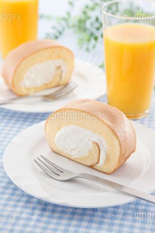 ロールケーキとオレンジジュースの写真素材 [FYI04482694]