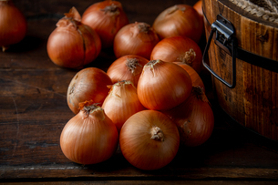 Fresh ripe onions on wood background.の写真素材 [FYI04482709]