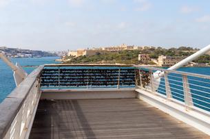 スリーマViewpoint(海に突き出た歩道橋)の写真素材 [FYI04482736]