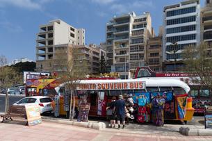 マルタ伝統の旧バスをイメージしたお店と観光バスの写真素材 [FYI04482755]