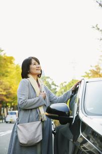 車のそばに立つ50代女性の写真素材 [FYI04483009]