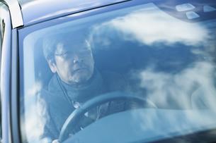 車を運転する60代男性の写真素材 [FYI04483022]