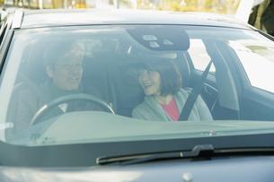 ドライブを楽しむ笑顔の男女の写真素材 [FYI04483025]