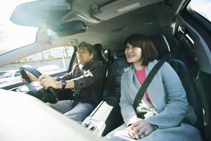 ドライブを楽しむ笑顔の男女の写真素材 [FYI04483027]
