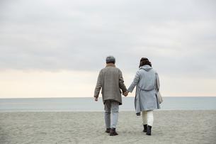 海辺で手をつなぐ男女の後ろ姿の写真素材 [FYI04483065]