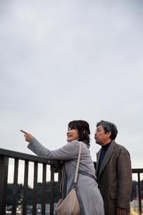 景色を楽しむ仲の良い老夫婦の写真素材 [FYI04483115]