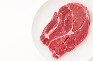 牛肉赤身肩ロース(ステーキ肉)の写真素材 [FYI04483169]