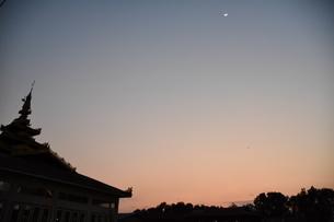 ミャンマー 朝焼けに映える寺院の写真素材 [FYI04483247]