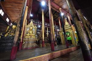 ミャンマー/奥行きのある仏教寺院内部/座仏象の写真素材 [FYI04483253]
