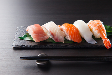 にぎり寿司の盛合せの写真素材 [FYI04483265]