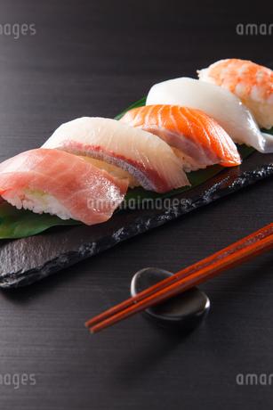 にぎり寿司の盛合せの写真素材 [FYI04483266]