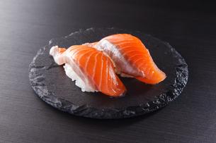 サーモンの握り寿司 二貫の写真素材 [FYI04483276]
