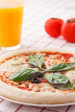 マルゲリータピザとオレンジジュースの写真素材 [FYI04483280]