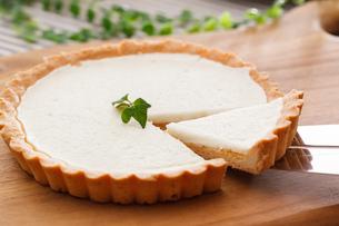 チーズケーキを取り分けるの写真素材 [FYI04483290]