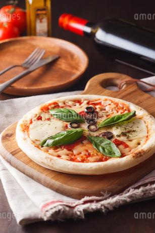 マルゲリータピザとワインの写真素材 [FYI04483302]