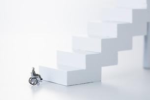 階段の下で止まる車椅子のミニチュアの人形の写真素材 [FYI04483365]