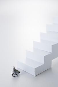 階段の下で止まる車椅子のミニチュアの人形の写真素材 [FYI04483366]
