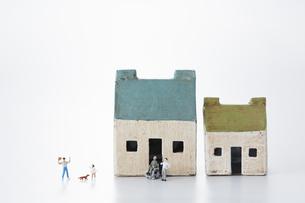 ミニチュアの3世帯家族と家の写真素材 [FYI04483369]