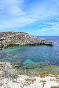 オーストラリア・西オーストラリア州のフリーマントルの沖合約18kmのインド洋に浮かぶロットネスト島の草が茂る岸辺と白い雲の景観の写真素材 [FYI04483380]