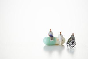 カプセル薬と老人と医者のミニチュアの写真素材 [FYI04483392]