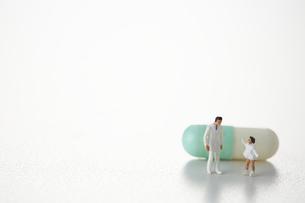 カプセル薬の前に立つ医者と少女の写真素材 [FYI04483396]