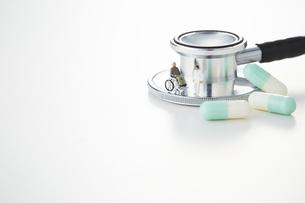 聴診器とカプセル型の薬の写真素材 [FYI04483412]