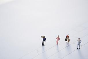 あみだくじの線上を歩き進む4人の違った人々の写真素材 [FYI04483431]
